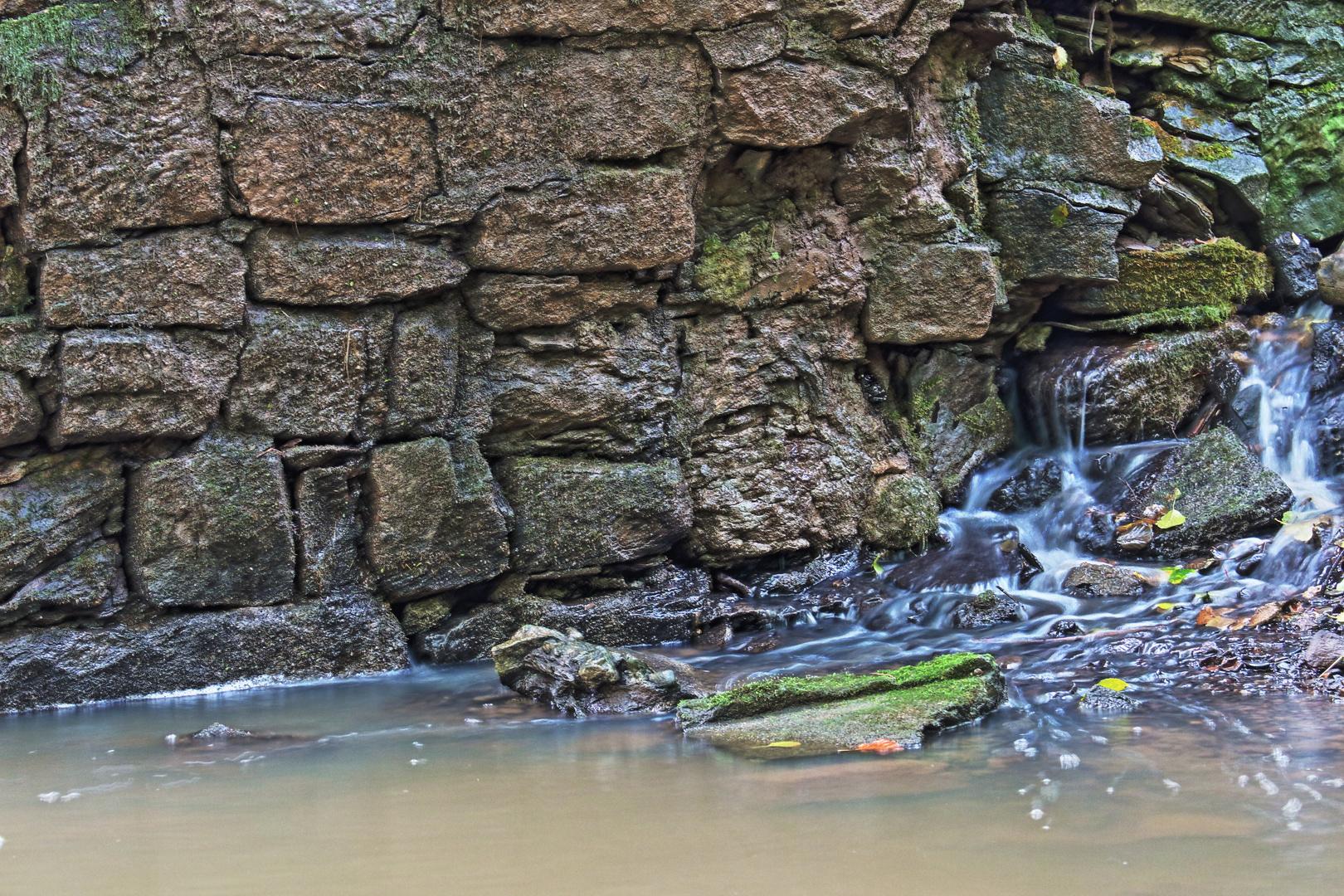 Wasser an Mauer