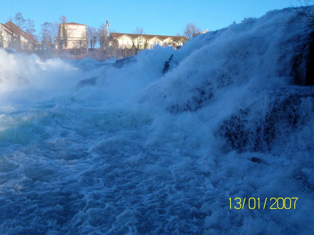 Wasser fällt ohne Ende hinab am Rheinfall !!!