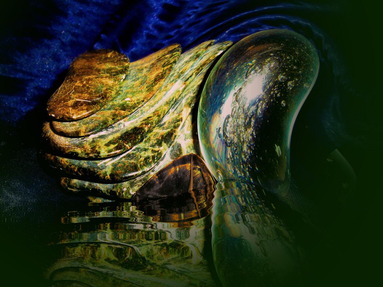 Wasser + Glas prallen auf Stein