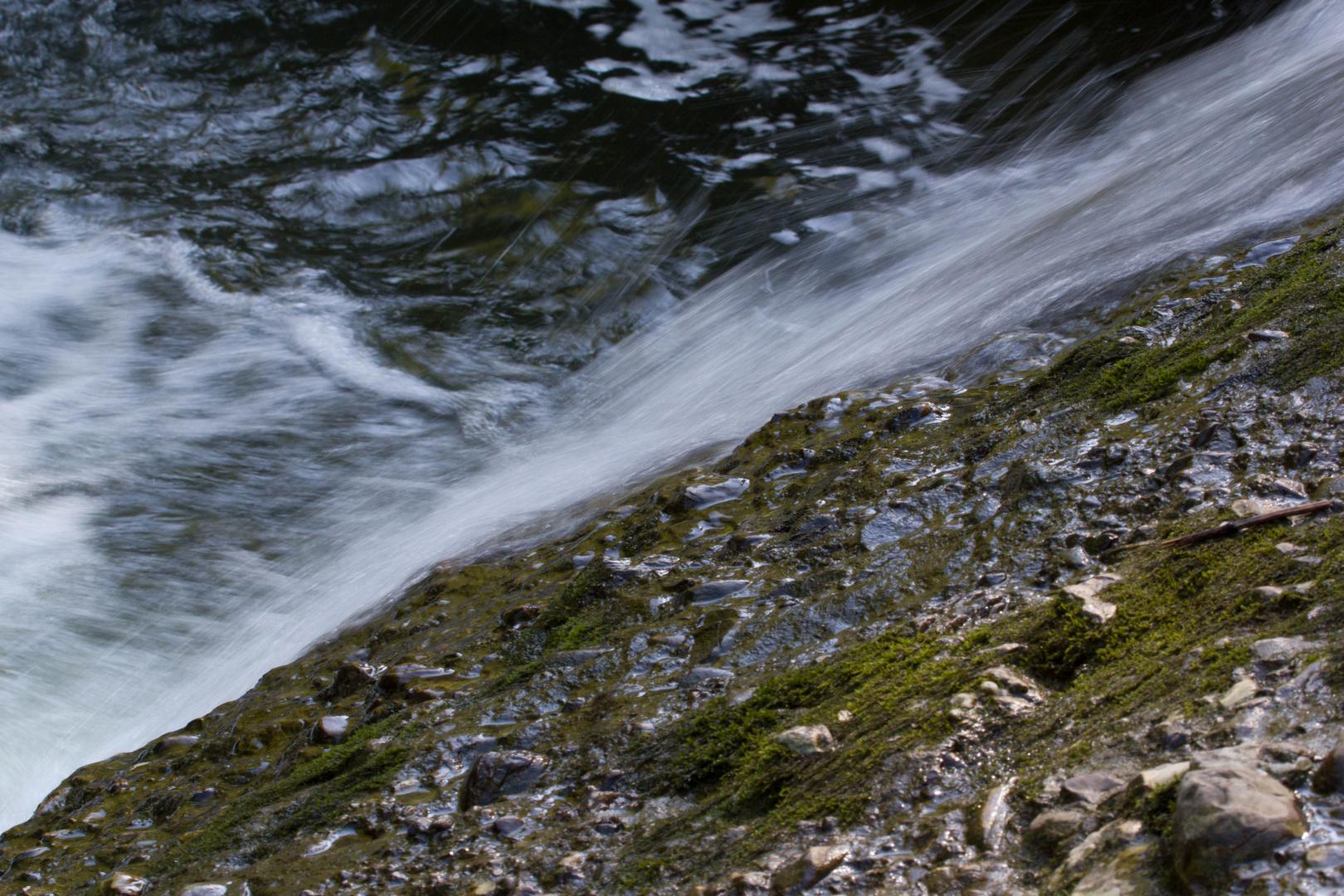 Wasser schwebt über Felsen