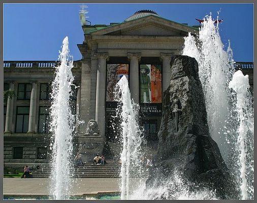 Wasser Spiele vor dem Museum