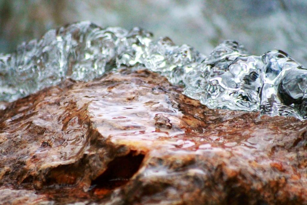 Wasser vs. Stein