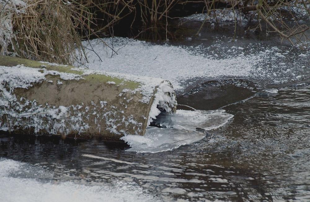Wassereinlauf in einen kleinen See