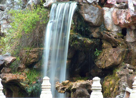 Wasserfall am Teehaus im Luisenpark Mannheim