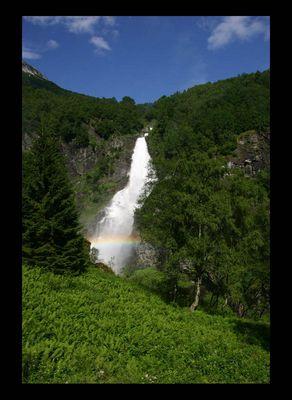 Wasserfall auf dem Weg zur Flåmbahn in Norwegen