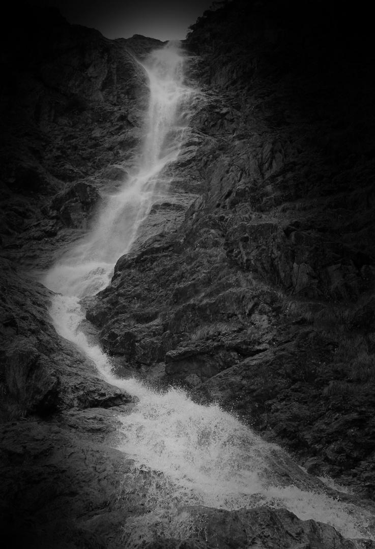 Wasserfall im Gebirge