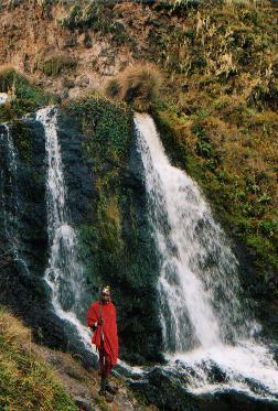 wasserfall im olmoti-krater in tanzania