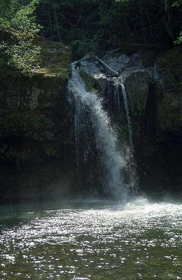 Wasserfall im Sonnenlicht