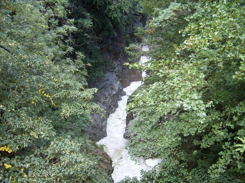 Wasserfall im Wald von Cannobio/ I
