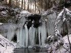 Wasserfall in Eis verhüllt.