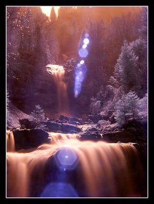 Wasserfall in Infrarot mit Lichtreflexionen