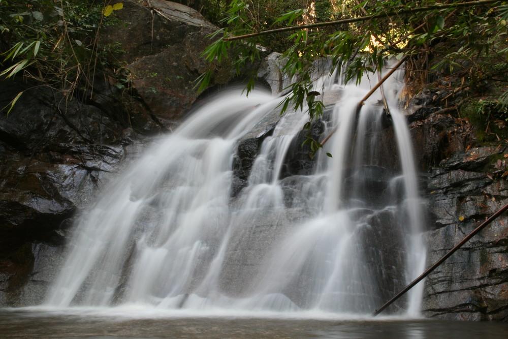 Wasserfall in Thailands Dschungel
