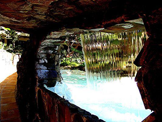 Wasserfall mit Durchgang