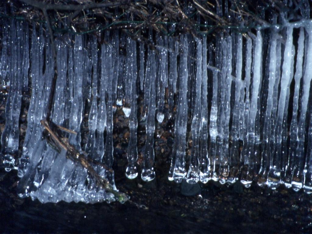 Wasserlauf mit Eiszapfen