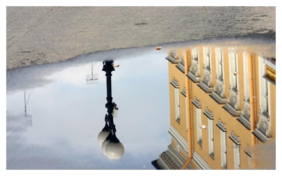 Wasserpfütze in St. Petersburg