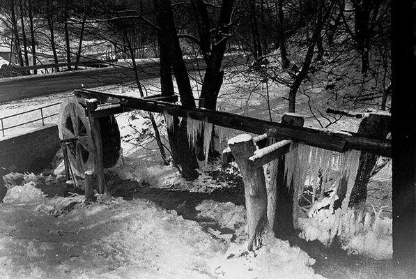 Wasserrad im Winter