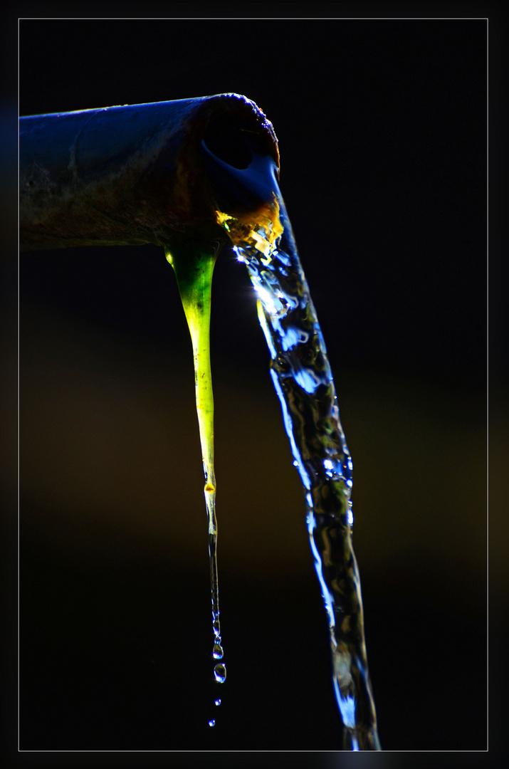 Wasserrohr von einem alten Brunnen im Gegenlicht