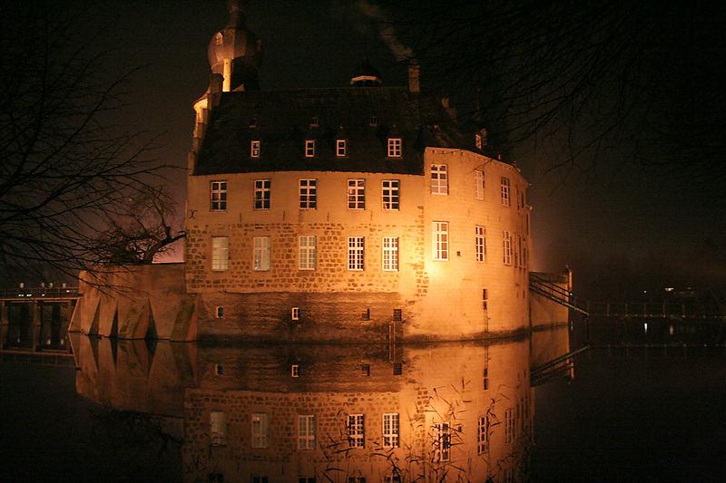Wasserschloß Gemen in windstiller Nacht.....