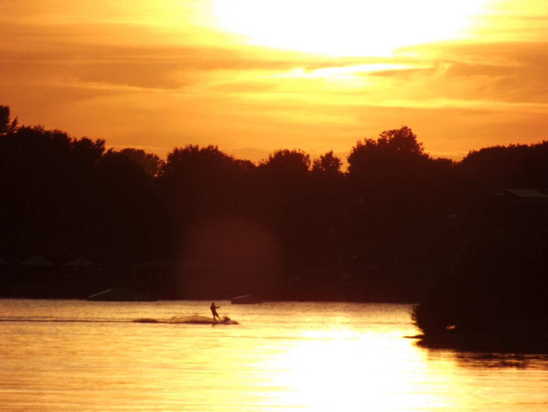 Wasserski im Sonnenuntergang