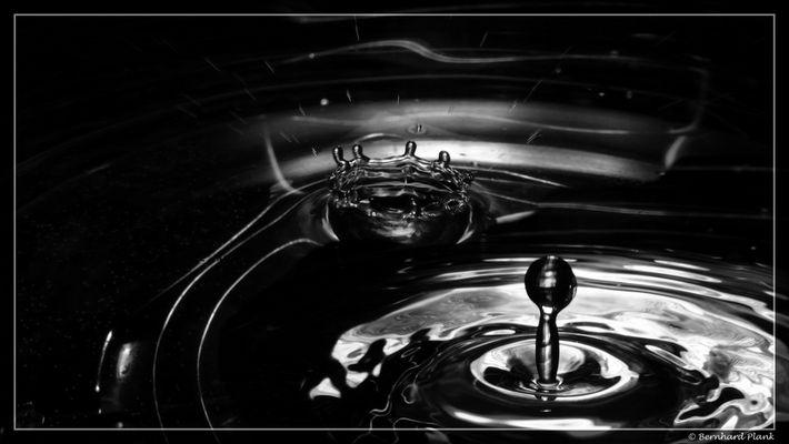Wasserskulpturen oder Wassertropfen vs. Wasserbecken
