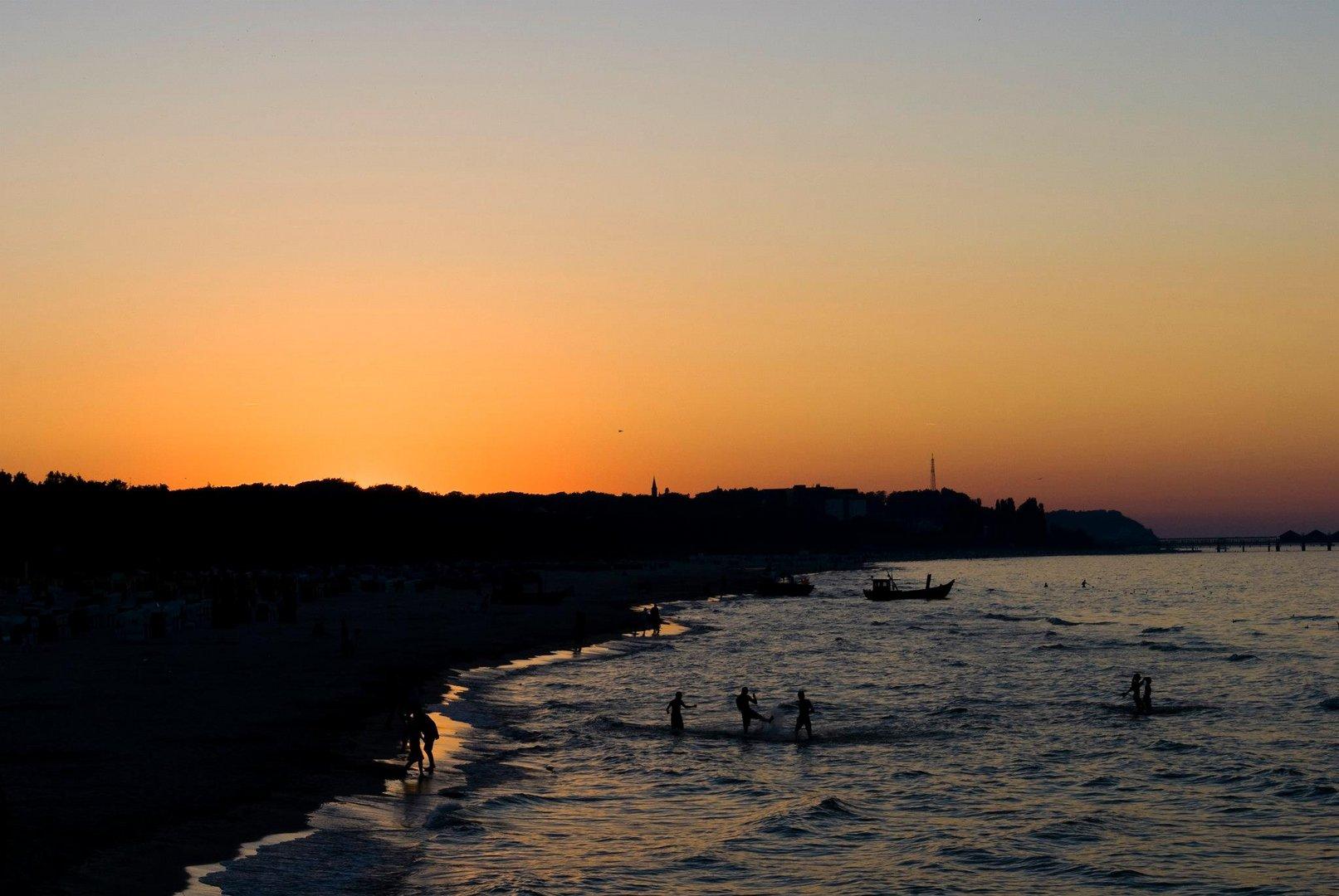 Wasserspaß bei Sonnenuntergang