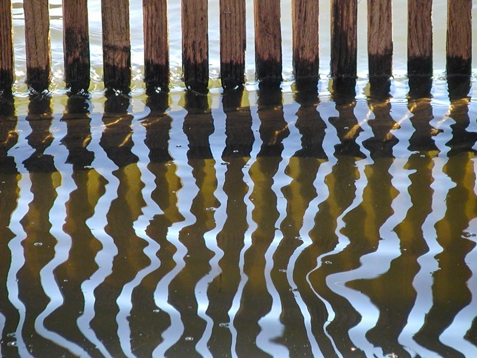 Wasserspiegelung am Wehr