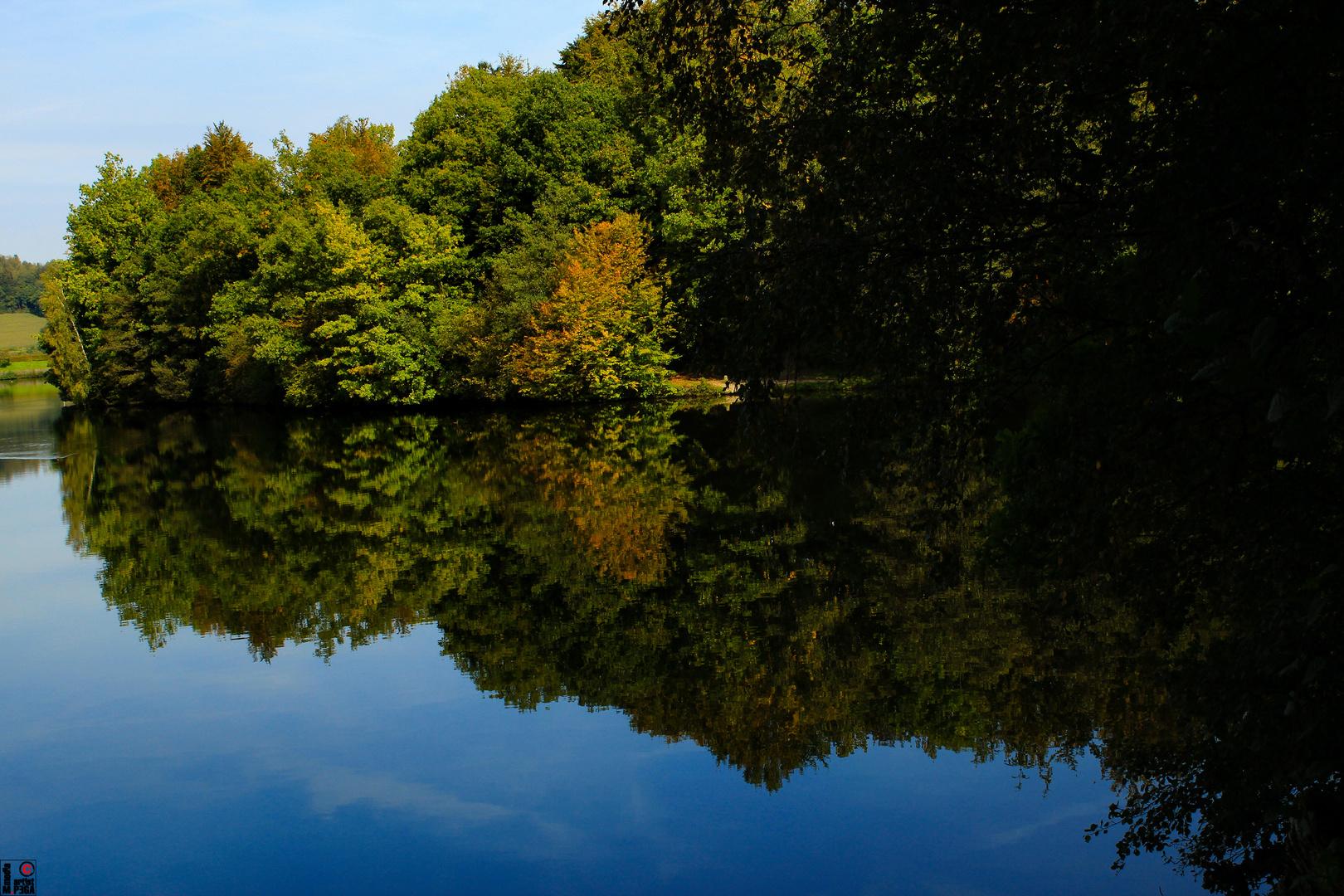 Wasserspiegelung in Herbstfarben, Biggesee