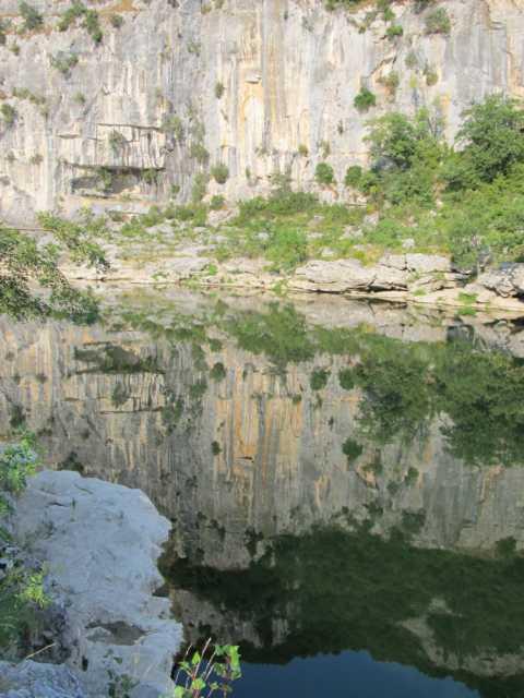 Wasserspieglung Ardeche`` Caynon Südfrankreich July 2013