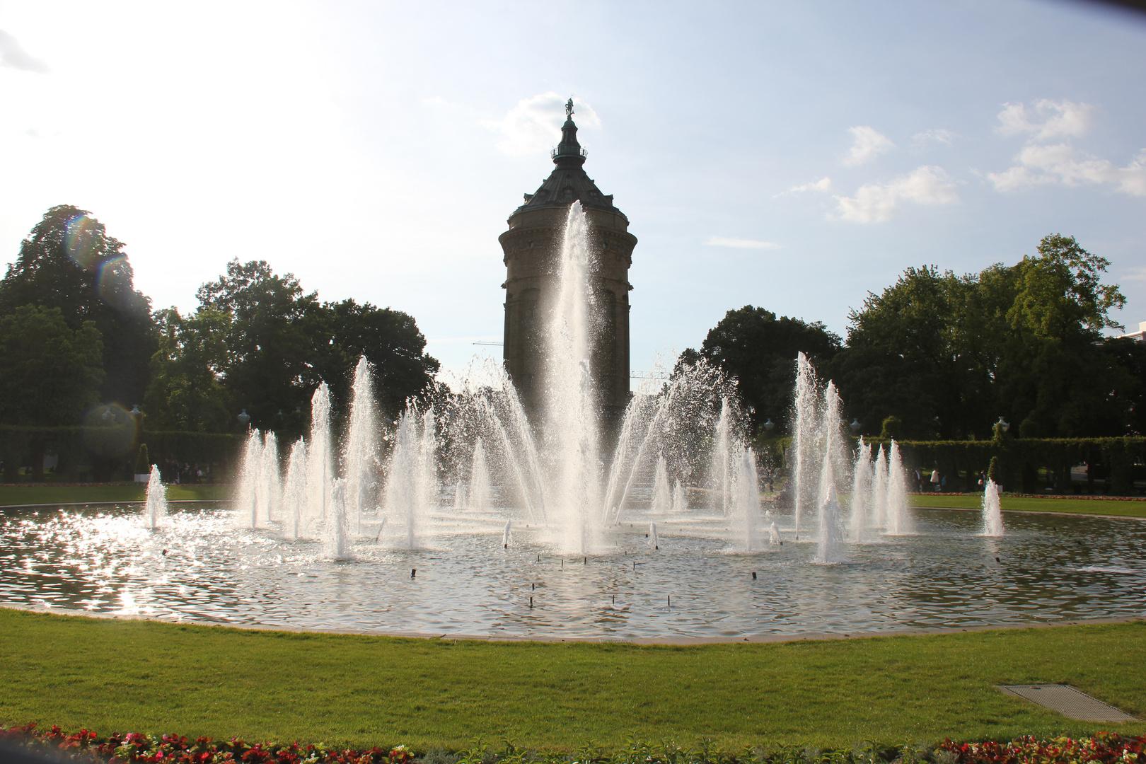 Wasserspiele am Wasserturm in Mannheim