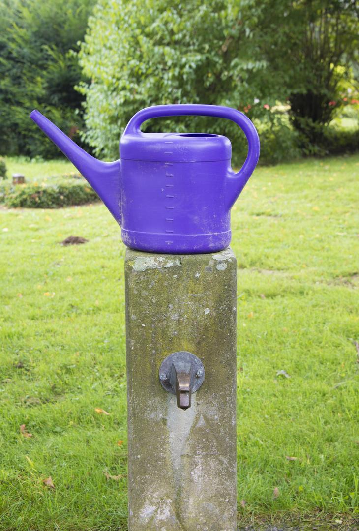 Wasserstelle mit Kanne