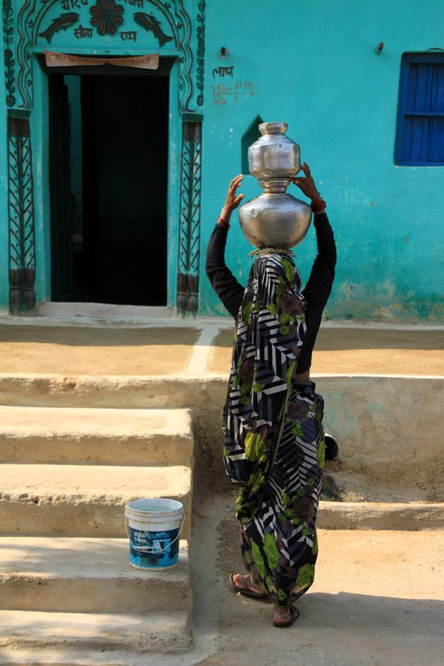 Wasserträgerin in Indien