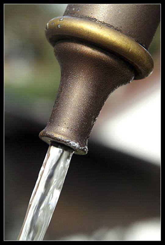 Wassertröpfchen am Wasserhahn