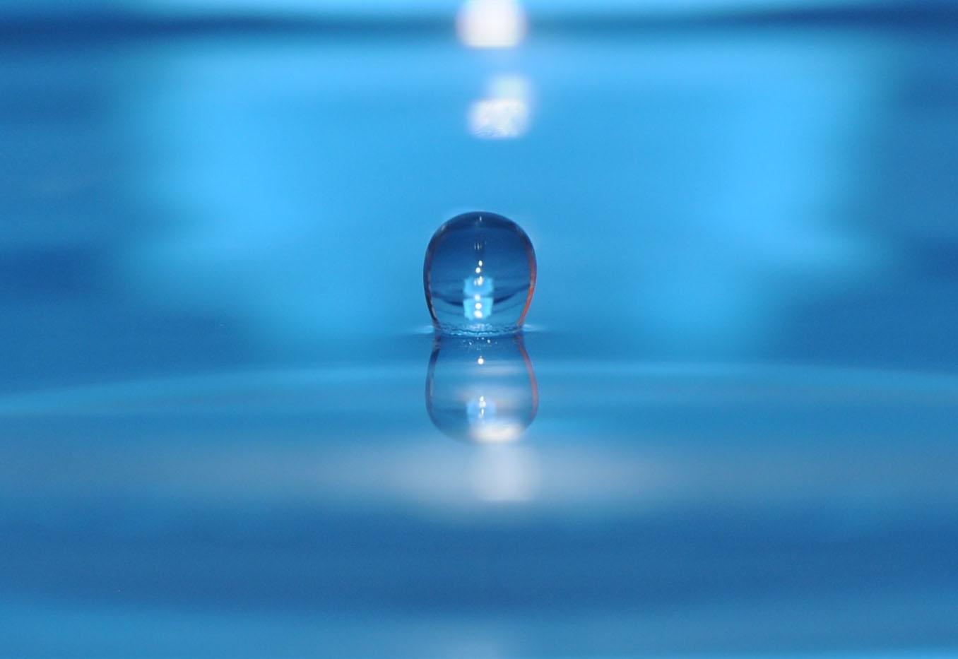 Wassertropfen auf Wasseroberfläche