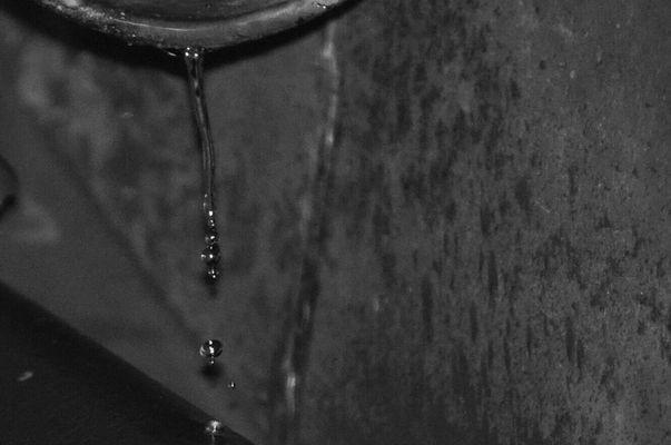 Wassertropfen aus der Dachrinne