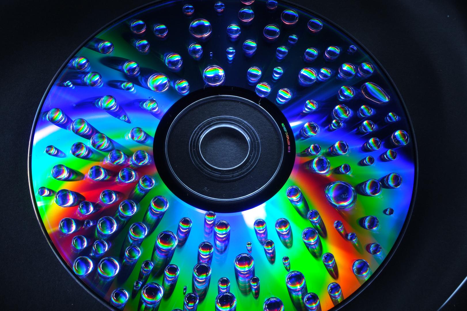 Wassertropfen die auf die DVD klopfen