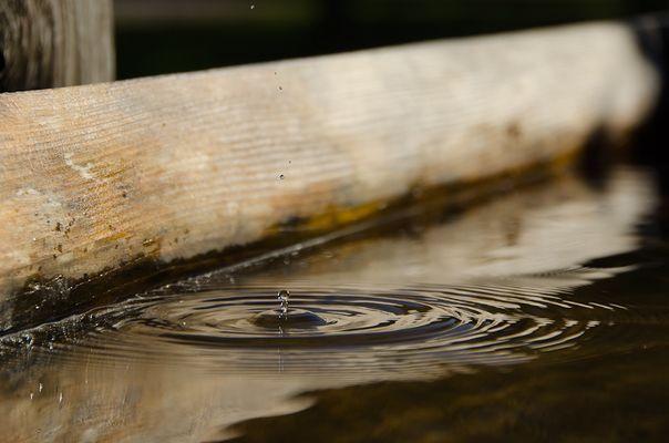 Wassertropfen im Brunnen