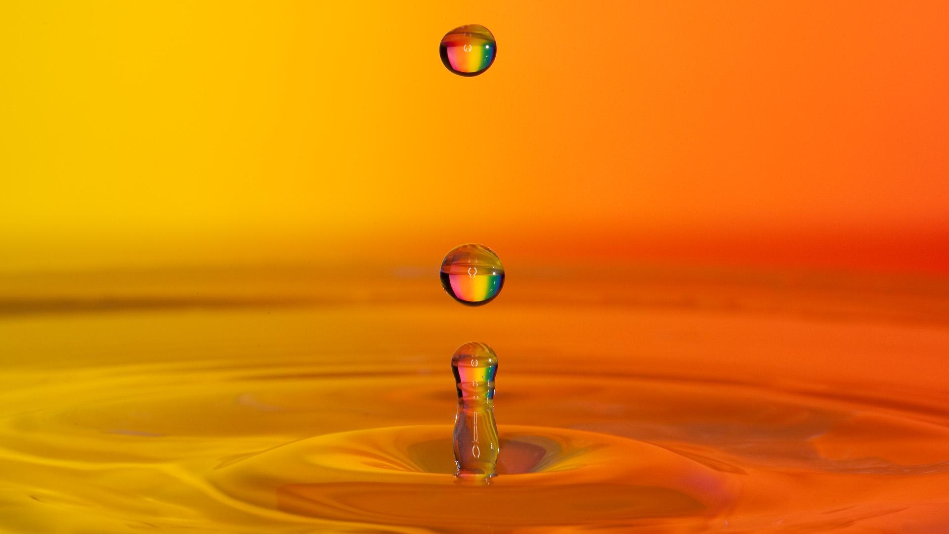 Wassertropfen vor farbigem Hintergrund
