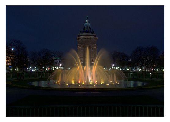 Wasserturm Mannheim & beleuchteter Springbrunnen