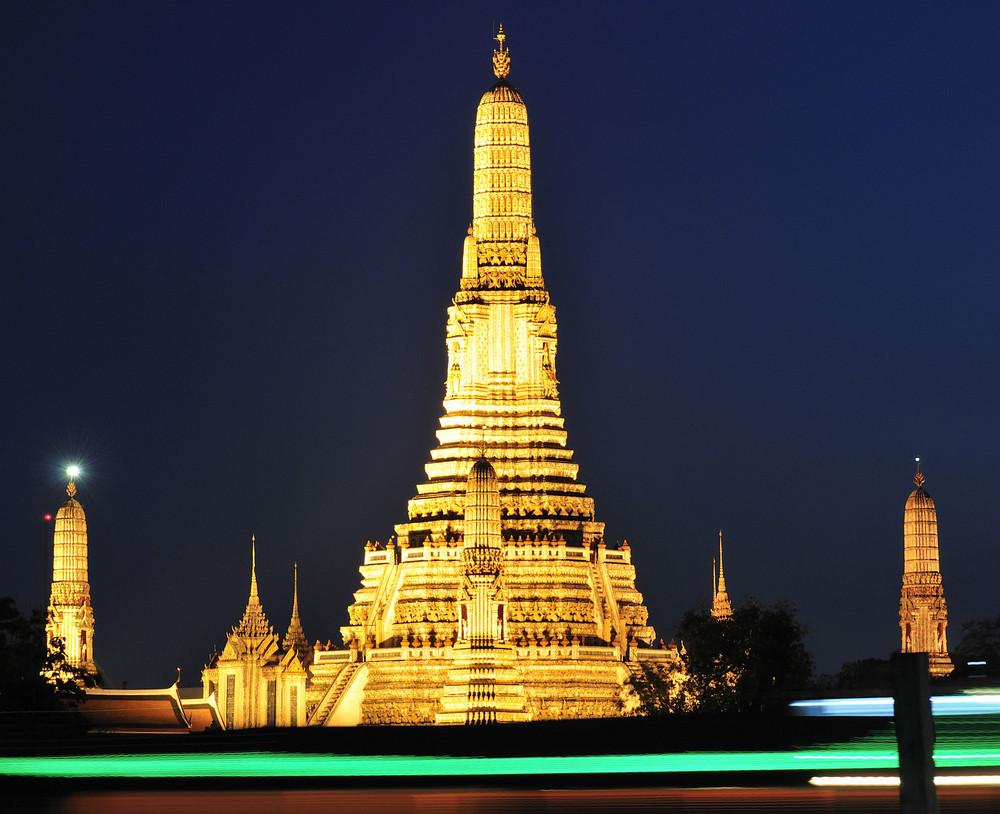 Wat Arun mit Leuchtstreifen vorbeifahrender Schiffe (reload)