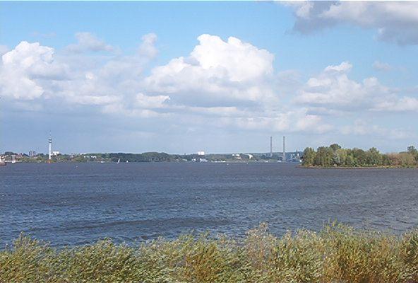 Wedel Holstein, von Südwesten, über die Elbe gesehen