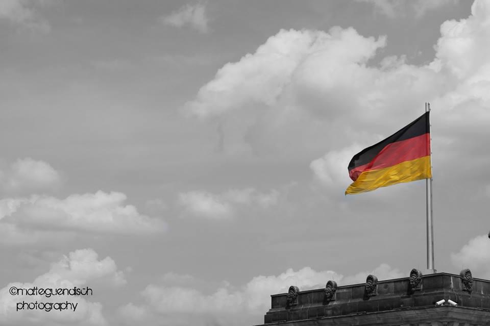 Wehende Flagge auf dem Bundestag