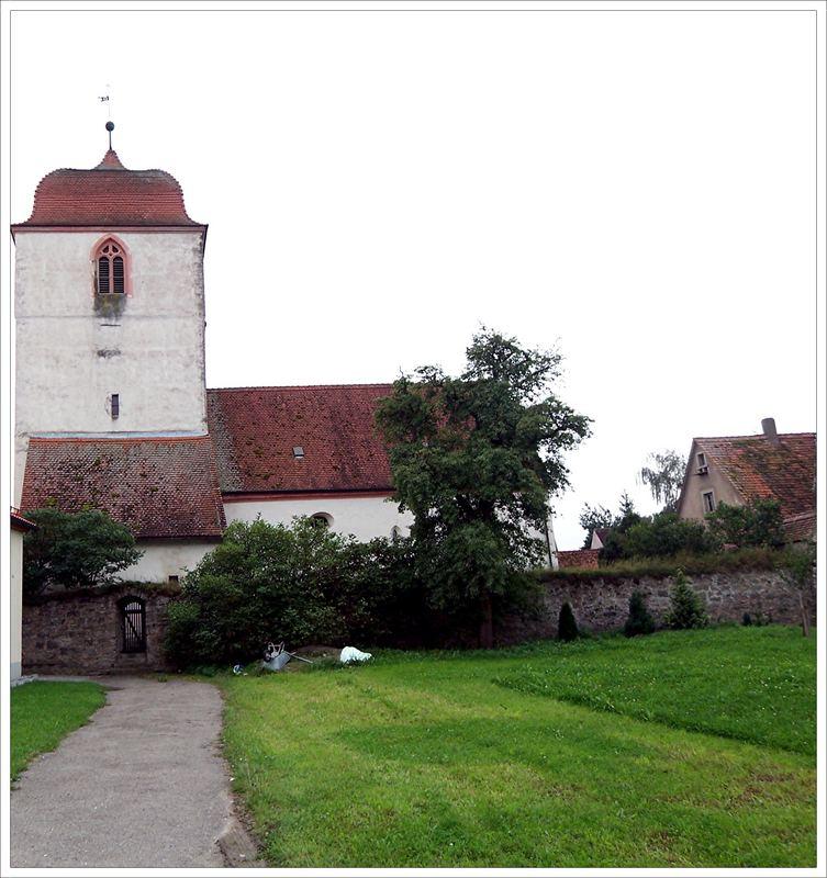 Wehrkirche mit Mauerring