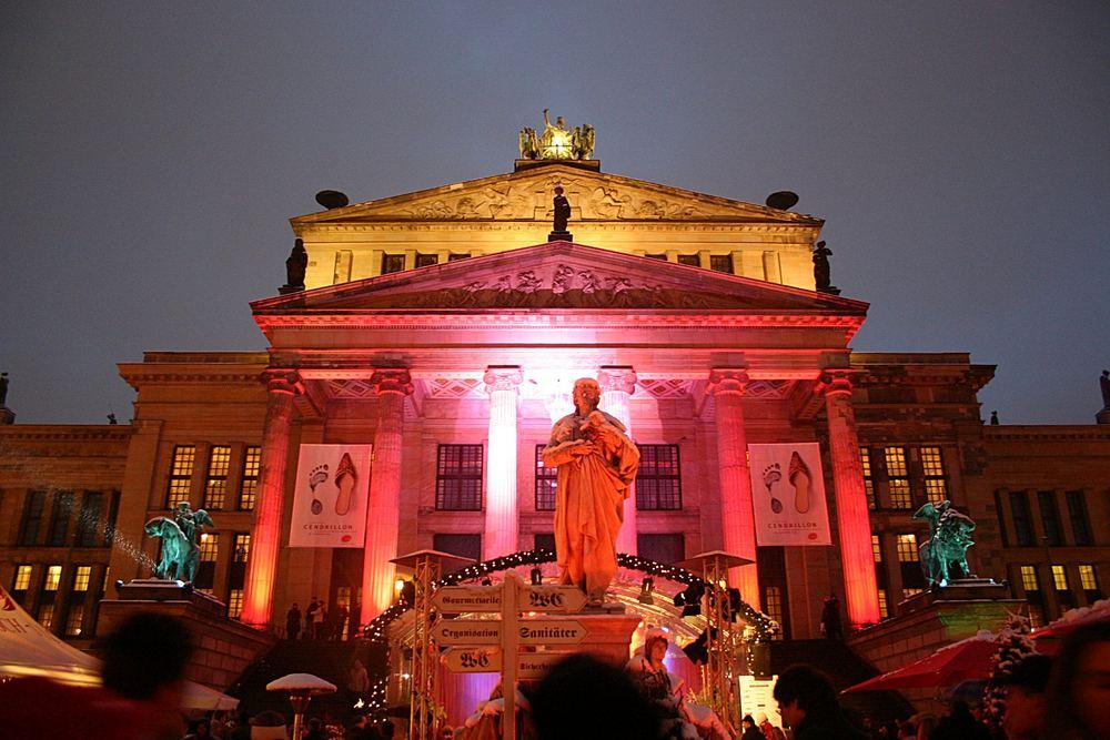 Weihnachtliche Beleuchtung am Schauspielhaus in Berlin
