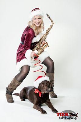 Weihnachtliches Shooting mit Labrador und Musikerin
