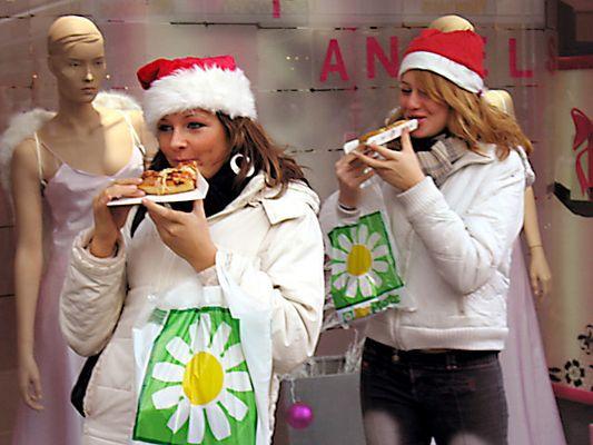 Weihnachtsfrauen bei der Nahrungsaufnahme