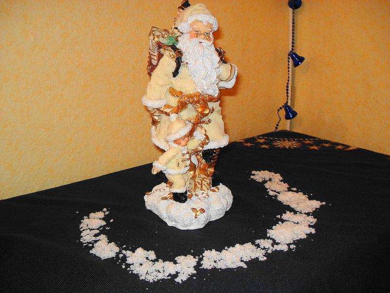 Weihnachtsmann mit Kind und Schnee