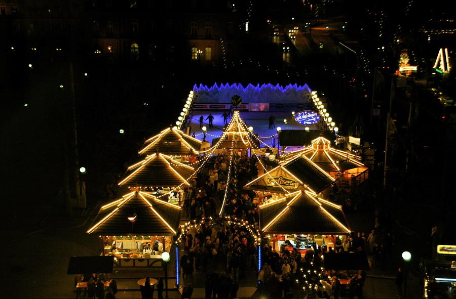 Weihnachtsmarkt mit Eislaufbahn