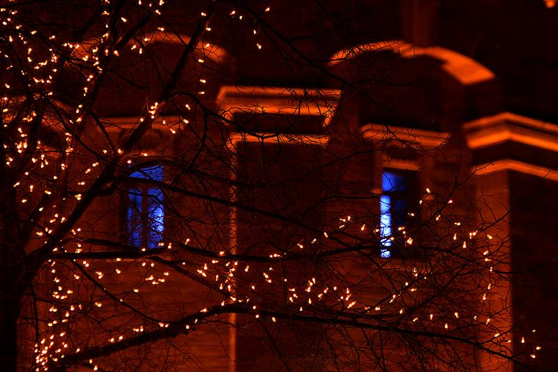 Weihnachtsmarktbeleuchtung vorm Wasserturm in Mannheim