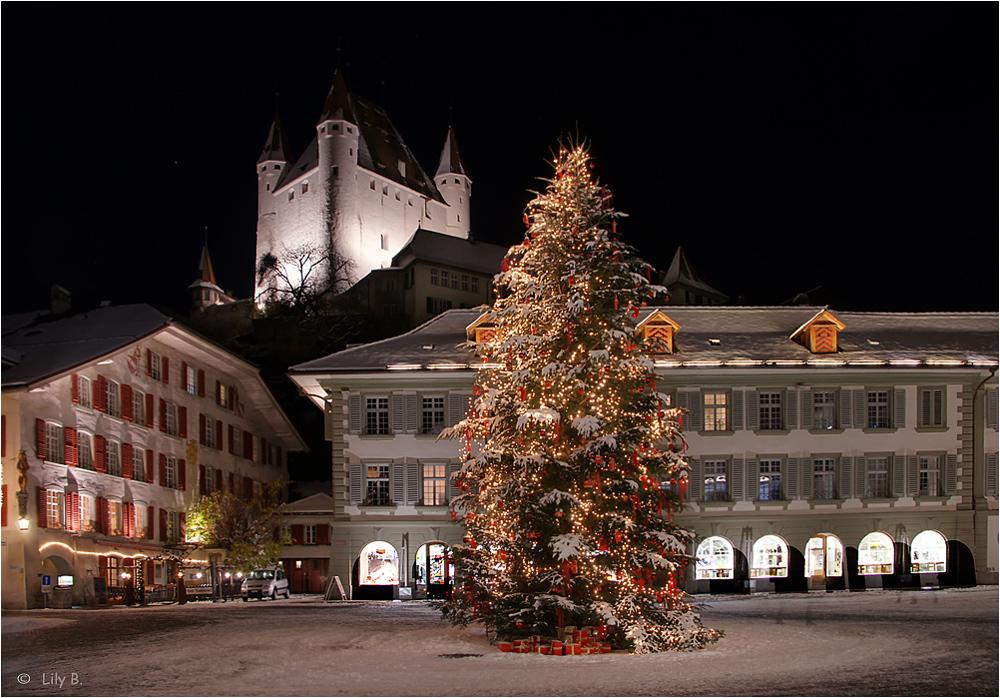 Weihnächtliche Stimmung auf dem Rathausplatz in Thun