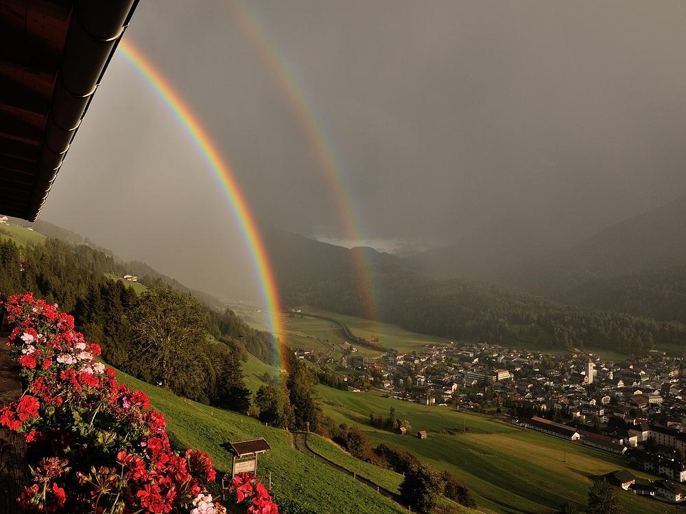 Weil der oder die  Regenbogen so schön waren, hier noch eine Aufnahme vom Balkon aus...